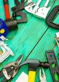 Инструменты деятельности (пила, струбцина, сшиватель и другие) дальше Стоковая Фотография