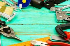 Инструменты деятельности (пила, струбцина, сшиватель и другие) дальше Стоковое Изображение