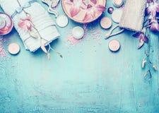 Инструменты заботы тела на предпосылке голубой бирюзы затрапезной шикарной, взгляд сверху Курорт или установка здоровья Стоковая Фотография RF