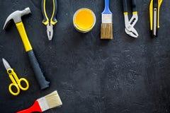 Инструменты здания, картины и ремонта для места работы конструктора дома установили темный космос взгляд сверху предпосылки для т Стоковые Изображения RF