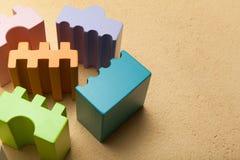 Инструменты игрушки, блоки конструкции Предпосылка Брауна стоковая фотография