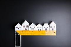 Инструменты игрушки и конструкции Белого Дома на черной предпосылке с Стоковое Изображение RF