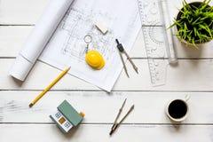 Инструменты инженерства на деревянном столе с взгляд сверху квартир чертежей Стоковое Изображение RF