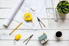 Инструменты инженерства на деревянном столе с взгляд сверху квартир чертежей Стоковая Фотография