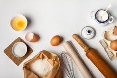 Инструменты и ингредиенты кухни для торта или печений стоковые изображения