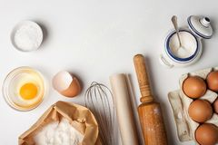 Инструменты и ингредиенты кухни для торта или печений стоковая фотография