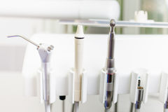 Инструменты или аппаратуры конца-вверх зубоврачебные в зубоврачебной клинике Стоковое Фото