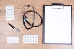 Инструменты и канцелярские товары доктора на таблице Стоковые Фото