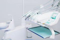 Инструменты и оборудование дантиста, утвари для здравоохранения и зубы заботят Стоковое фото RF