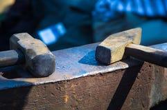 инструменты и приспособления кузнеца для руки выковали металл Стоковое Фото