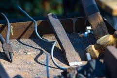 инструменты и приспособления кузнеца для руки выковали металл Стоковая Фотография