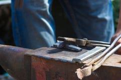 инструменты и приспособления кузнеца для руки выковали металл Стоковое фото RF