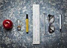 Инструменты канцелярских принадлежностей для образования студентов инженерства Место для работы на конкретной предпосылке имейте  Стоковые Фото
