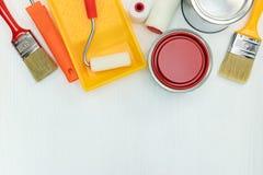 Инструменты картины на белой деревянной предпосылке Плоский взгляд Стоковая Фотография