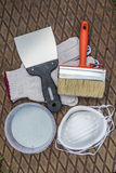 Инструменты картины на металлической пластине в траве Стоковые Фото