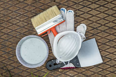 Инструменты картины на металлической пластине в траве Стоковое фото RF