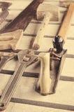 Инструменты Комплект инструмента на деревянной предпосылке Инструментальный ящик готовый для работы Стоковое Изображение