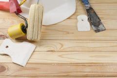 Инструменты конструкции и белый шлем на деревянной предпосылке Скопируйте космос для текста Комплект сортированных штукатуря инст Стоковые Фото