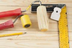 Инструменты конструкции на деревянной предпосылке Скопируйте космос для текста Комплект сортированных штукатуря инструментов и шп Стоковое Изображение