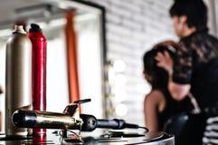 Инструменты красоты (спрей для волос и завивая утюг) Стоковое Изображение RF