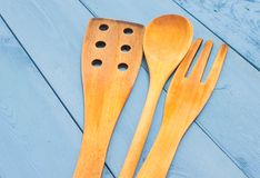 Инструменты кухни на голубой доске Стоковые Изображения