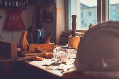 Инструменты на деревянной предпосылке таблицы, инструменты в таблице древесины сосны, инструменты плотника плотника Woodworking стоковые фото