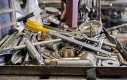 Инструменты на подносе металла с untidy инструментами на предпосылке стоковые изображения rf
