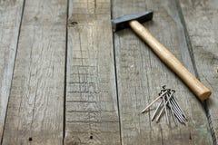 Инструменты на предпосылке деревянных доск абстрактной стоковые фотографии rf
