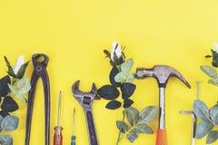 Инструменты на работниках джинсовой ткани, желтая предпосылка конструктора инженера ключа с инструментами конструктора инженера Н стоковая фотография rf