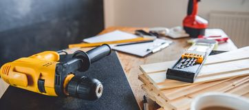 Инструменты на таблице дома стоковое изображение