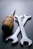 Инструменты отвертки и ключей на серой предпосылке Стоковые Изображения RF