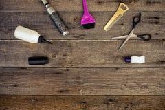 Инструменты парикмахерских услуг на деревянной предпосылке Стоковые Изображения RF