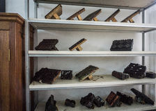 Инструменты печатания показанные на белом фото шкафа принятом в музей Pekalongan Индонезию батика Стоковые Изображения RF