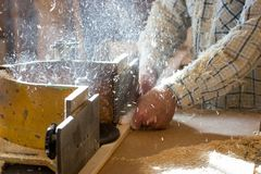 Инструменты плотника на деревянном столе с круглой пилой опилк Резать деревянную планку Стоковая Фотография RF