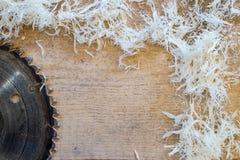 Инструменты плотника на деревянном столе с круглой пилой опилк Резать деревянную планку Стоковое Изображение