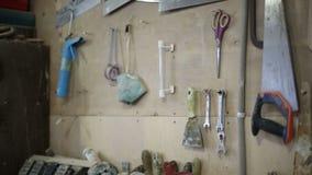 Инструменты повиснули на стене в мастерской плотничества акции видеоматериалы