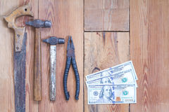 Инструменты плотничества на верхней части деревянного стола Стоковое Изображение