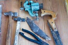 Инструменты плотничества на верхней части деревянного стола Стоковые Изображения