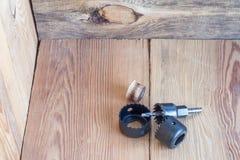 Инструменты плотничества на верхней части деревянного стола Стоковое Изображение RF