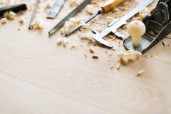 Инструменты плотничества на деревянном столе Стоковое фото RF