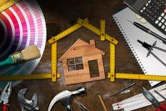 Инструменты работы и модельный дом - улучшение дома стоковые изображения rf