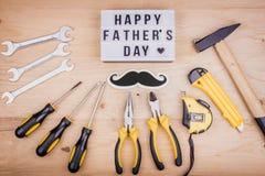 Инструменты ремонта - молоток, отвертки, регулируемые ключи, плоскогубцы Мужская концепция на День отца стоковое фото rf