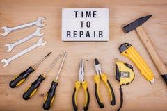 Инструменты ремонта - молоток, отвертки, регулируемые ключи, плоскогубцы Мужская концепция на День отца стоковое изображение rf