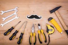 Инструменты ремонта - молоток, отвертки, регулируемые ключи, плоскогубцы Мужская концепция на День отца стоковые изображения rf