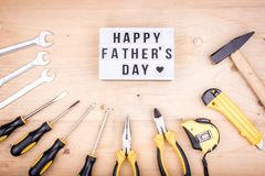 Инструменты ремонта - молоток, отвертки, регулируемые ключи, плоскогубцы Мужская концепция на День отца стоковое фото