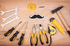 Инструменты ремонта - молоток, отвертки, регулируемые ключи, плоскогубцы Мужская концепция на День отца стоковая фотография rf