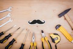 Инструменты ремонта - молоток, отвертки, регулируемые ключи, плоскогубцы Мужская концепция на День отца стоковая фотография