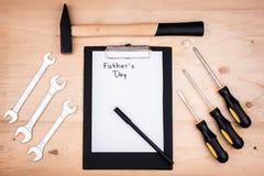 Инструменты ремонта - молоток, отвертки, регулируемые ключи, плоскогубцы Лист белой бумаги Мужская концепция на День отца стоковая фотография