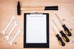 Инструменты ремонта - молоток, отвертки, регулируемые ключи, плоскогубцы Лист белой бумаги Мужская концепция на День отца стоковое фото rf