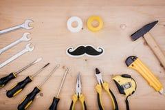 Инструменты ремонта - молоток, отвертки, регулируемые ключи, плоскогубцы Мужская концепция на День отца стоковые изображения